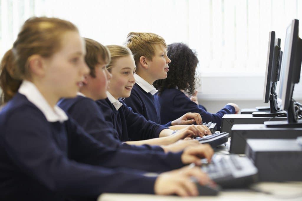 Crianças na escola numa aula de informática.