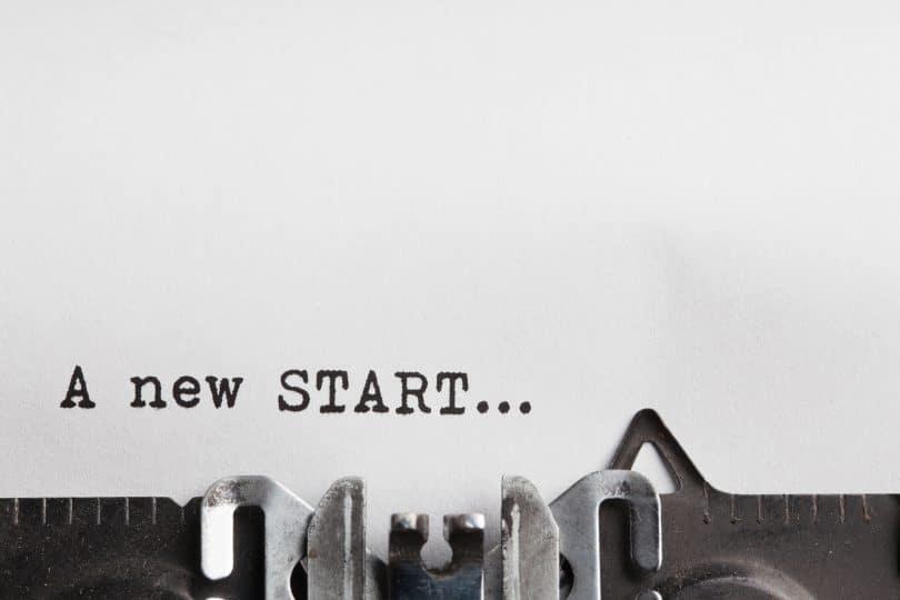 """Maquina de escrever com frase """"a new start"""" traduzido para o português """"um novo começo""""."""