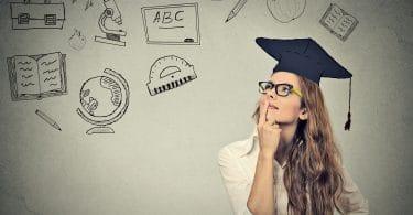 Jovem empreendedora recém formada com ideias sobre mercado de trabalho.