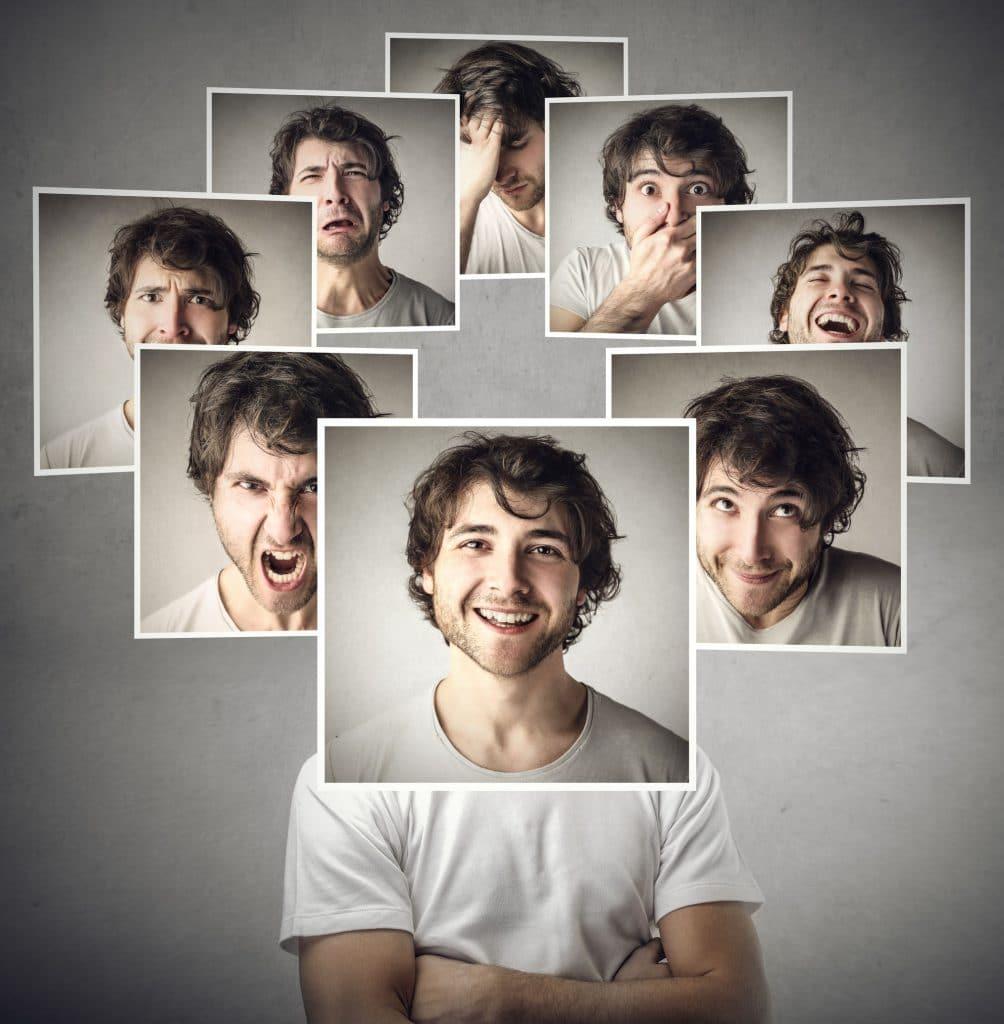 Homem branco, vestindo camiseta branca, com diversas fotos ao redor da sua cabeça e em frente ao rosto, com diversas expressões de humores diferentes.