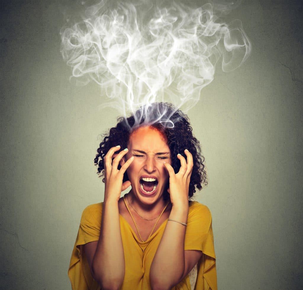 Mulher negra gritando com raiva, com fumaças saindo de sua cabeça