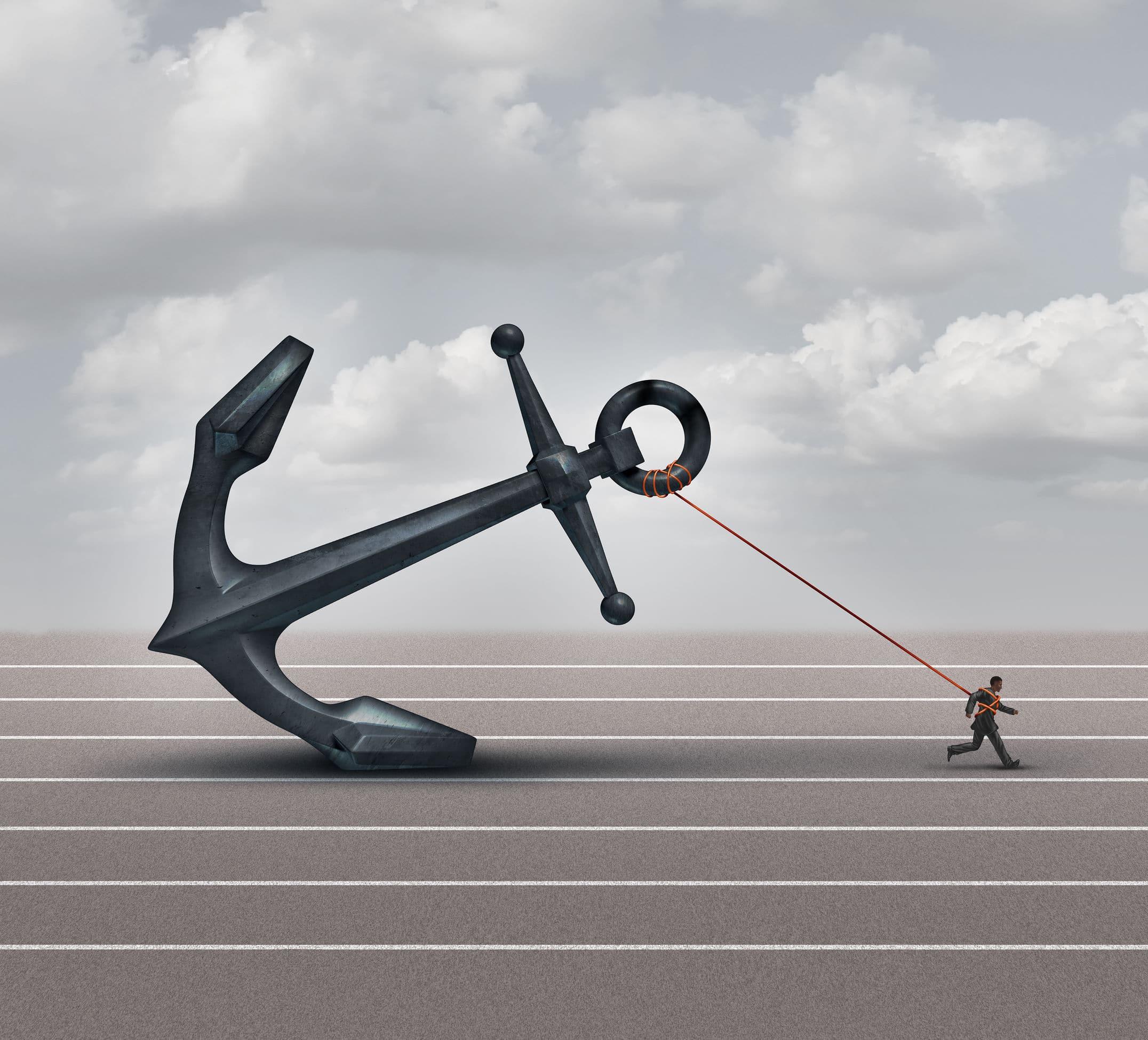 Imagem de homem puxando uma âncora gigante em uma pista de corrida.