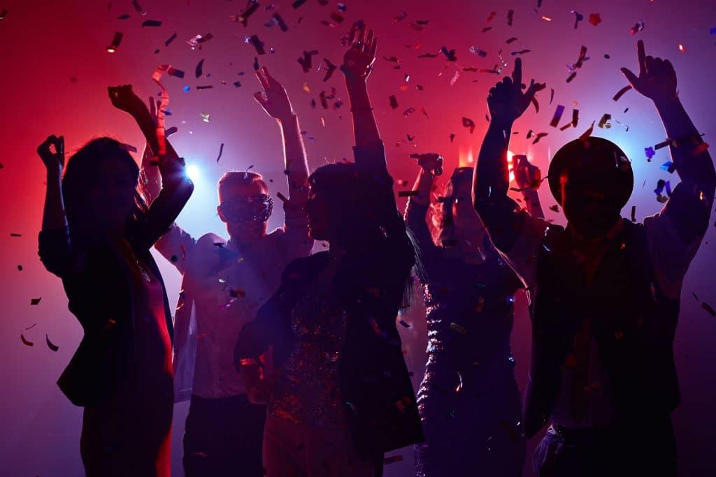 Festa com música alta. Todos dançando.