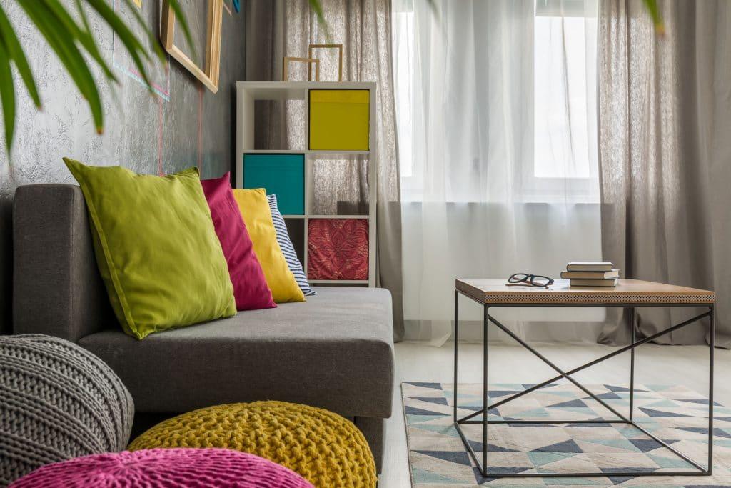 Cômodo colorido nos tons cinza, rosa, amarelo e verde.