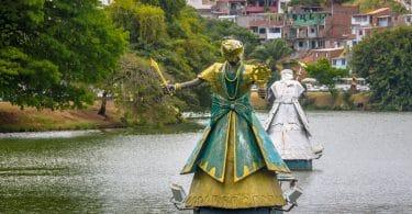 Estátua de Iemanjá na água.