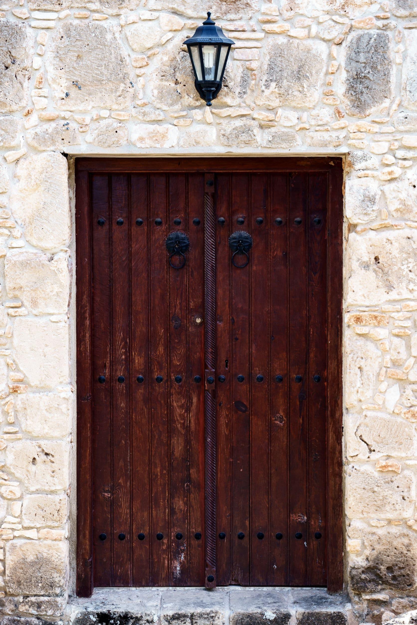 Porta de madeira antiga, Duas portas. Visão de frente.
