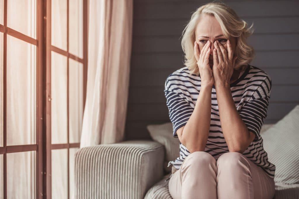 Mulher chocada e chateada com alguma notícia.