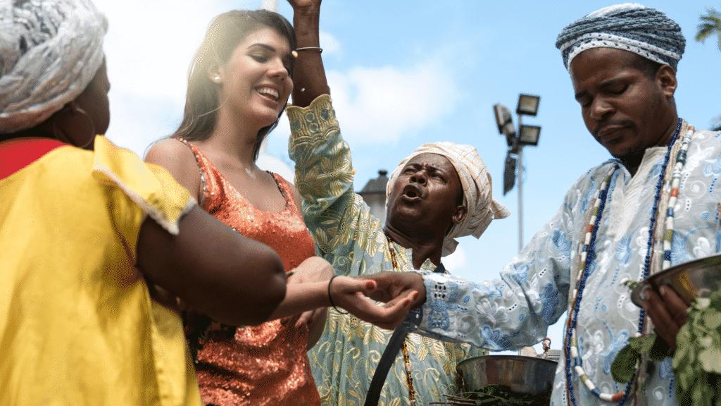 Grupo de candomblé abençoando uma mulher