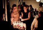 Mulher comemorando aniversário em festa.