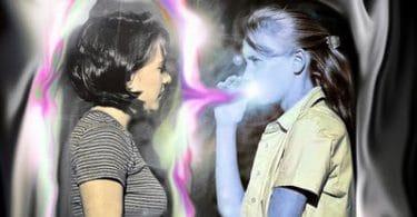 Vampiro energético sugando energia de uma mulher.