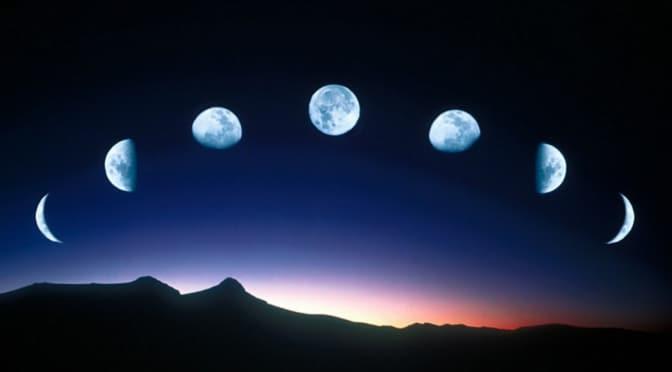 Fases da lua no céu. Paisagem de montanhas abaixo.
