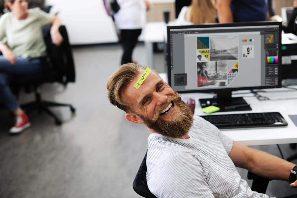 Homem sorrindo em um escritório.