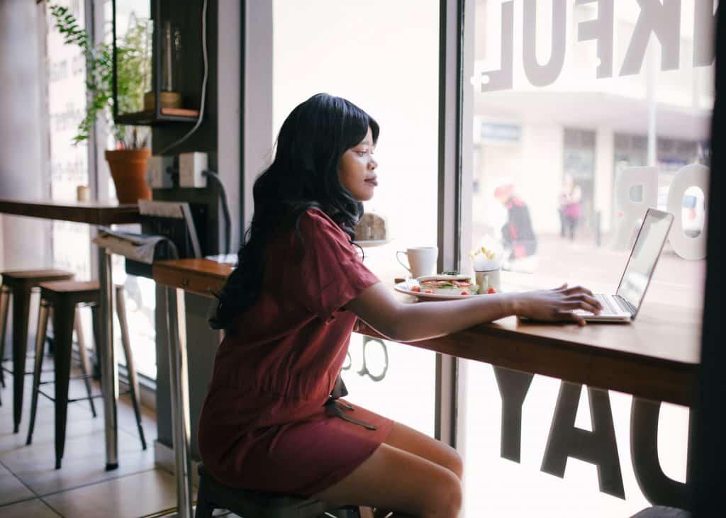 Mulher trabalhando em uma cafeteria
