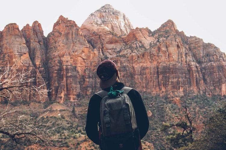 Menino olhando para as montanhas.