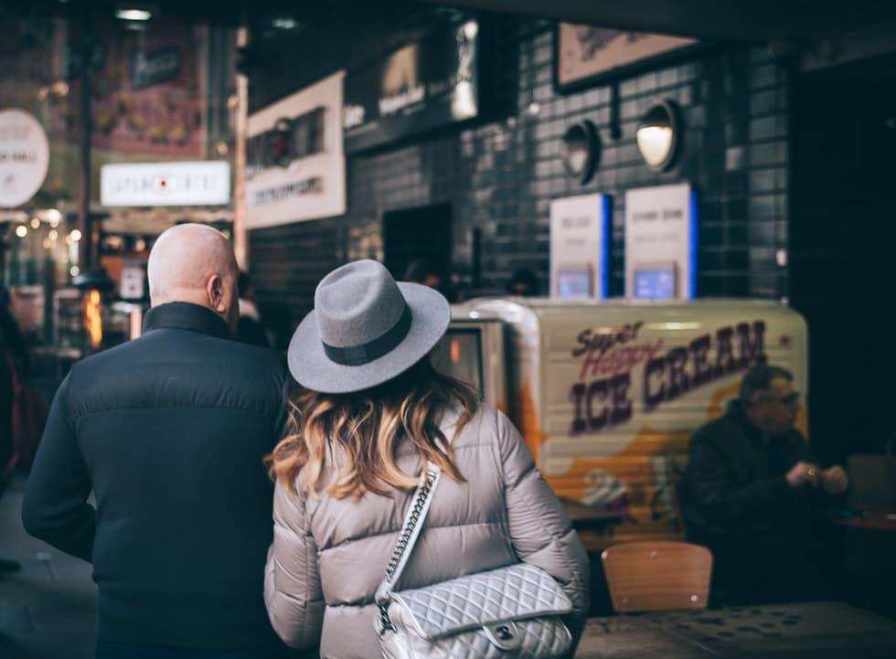 Homem e mulher andando lado a lado.