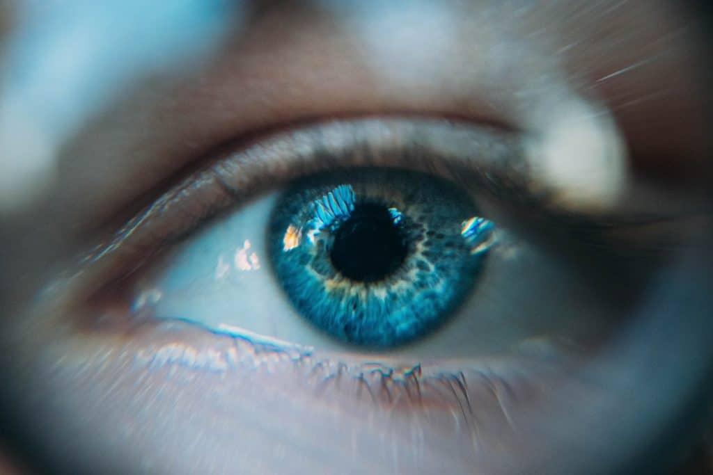 Foto focada um olho azul.