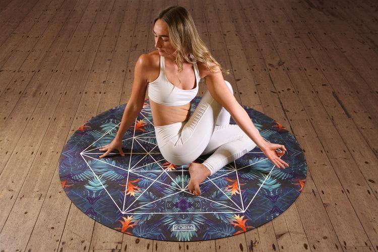 Mulher em pose de yoga.