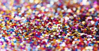 Confete espalhado no chão. Muitas cores e brilho.