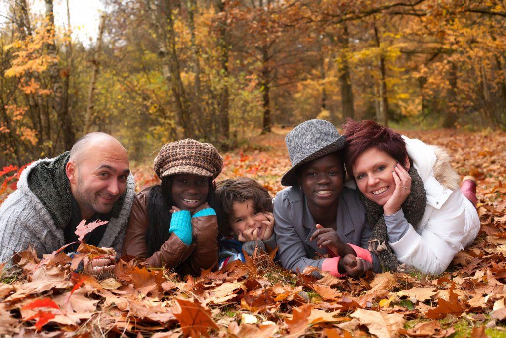 Família com filhos adotivos.