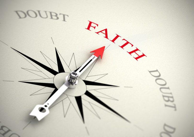 """Bússula com seu ponteiro apontando para a palavra """"Faith"""", """"fé"""" em inglês"""