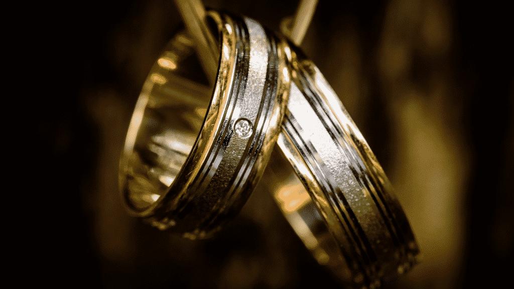 Anéis amarrados num colar