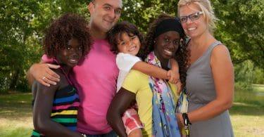 Família com filhos adotivos no verão.