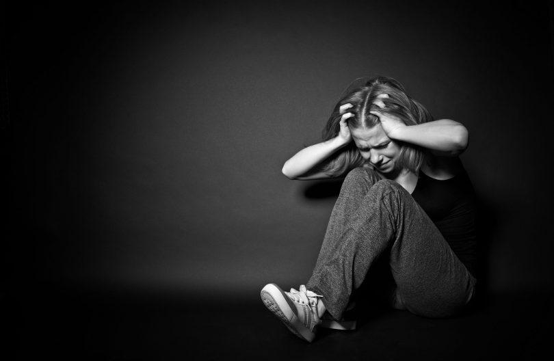 Mulher triste e depressiva por causa de abuso.