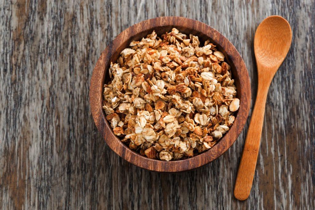 Pote de madeira com granola caseira.