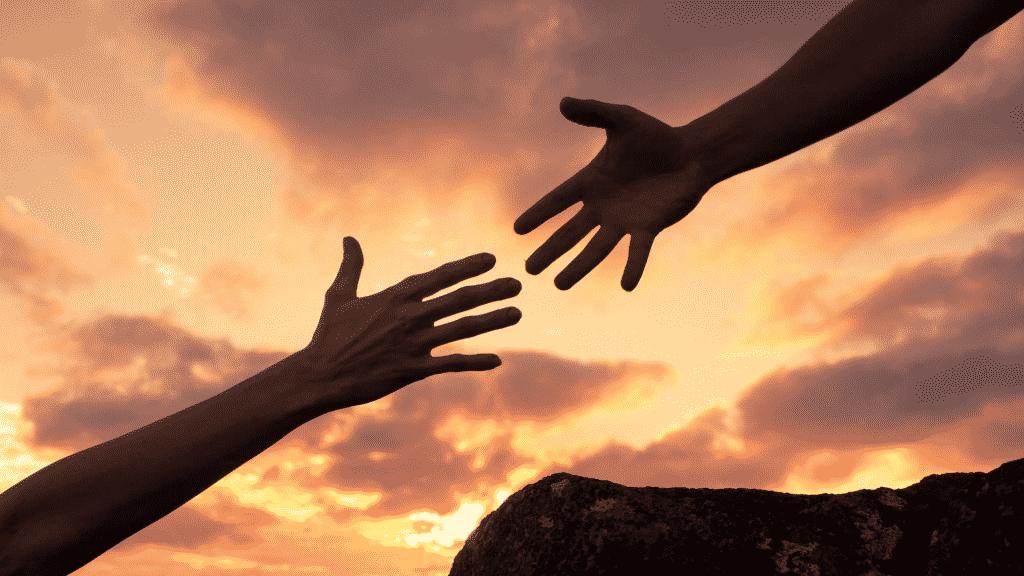 Pessoa estendendo a mão para outra