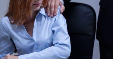 Mulher sentindo-se desconfortável no local de trabalho.