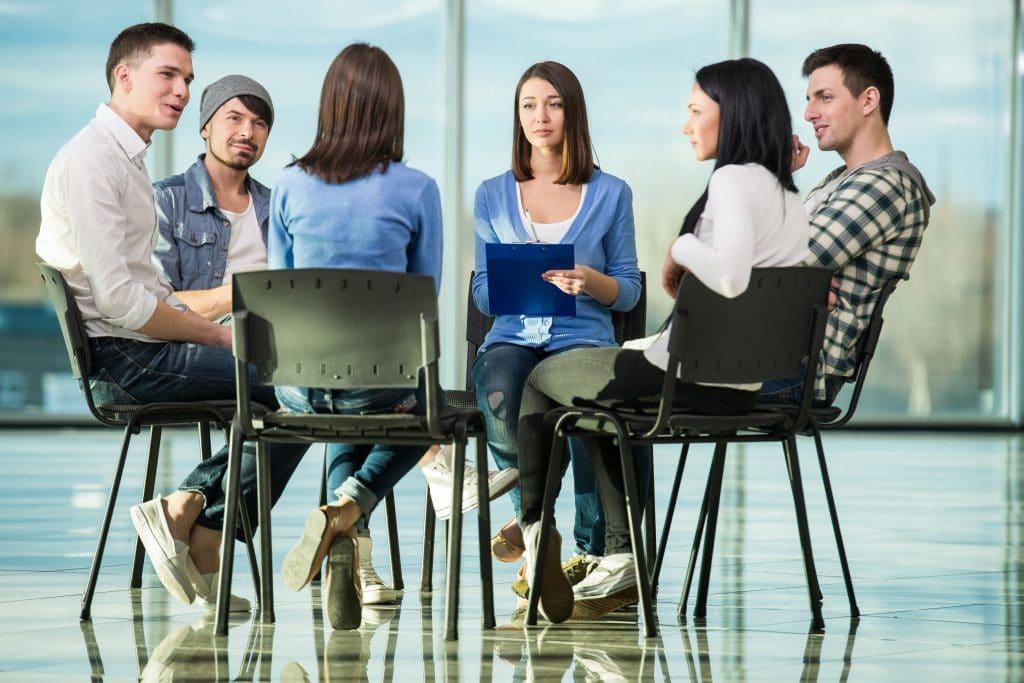 Um círculo de pessoas em um grupo de terapia.