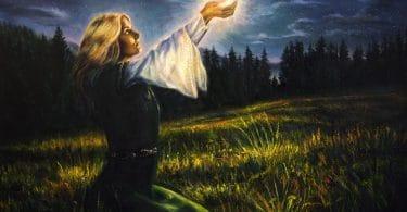 Ilustração de mulher sentada em meio de floresta, com as mãos para cima, segurando um tipo de luz, com o céu noturno ao fundo.