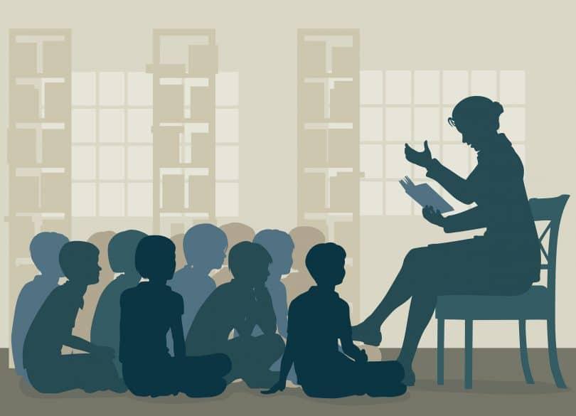 Vetor de professora lendo história para seus alunos sentados no chão.
