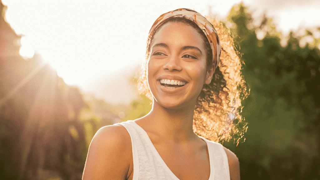 Mulher sorrindo no parque