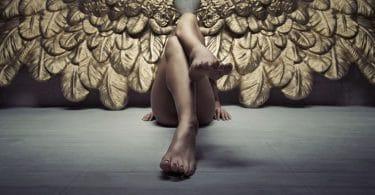 Anjo dourado relaxando no chão