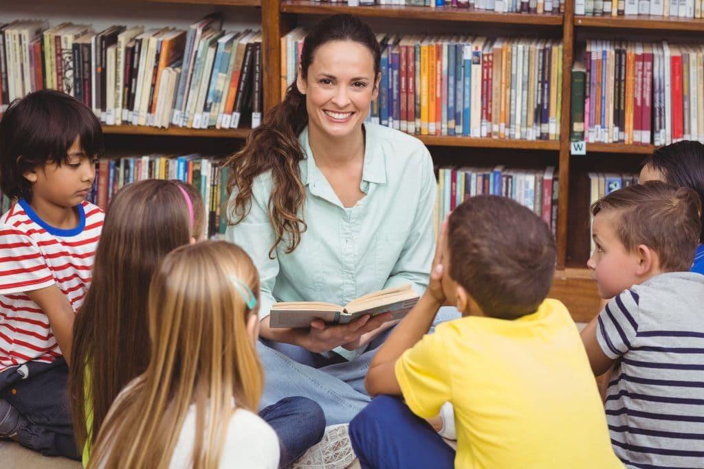Professora lendo história para seus alunos.