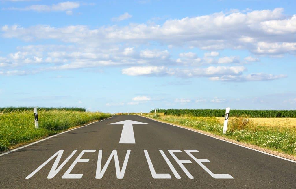"""Estrada com escrito """"nova vida"""" no chão."""