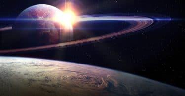 Ilustração de uma visão do espaço com o planeta terra, saturno e o sol.