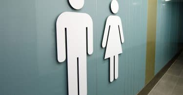 Sinais das portas dos banheiros masculino e feminino.