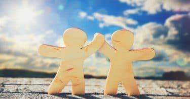 Dois boneco de maneira dando as mãos