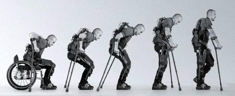 Homem levantando de cadeira de rodas usando muletas tecnológicas.
