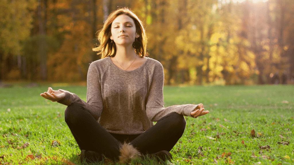 Mulher meditando no parque