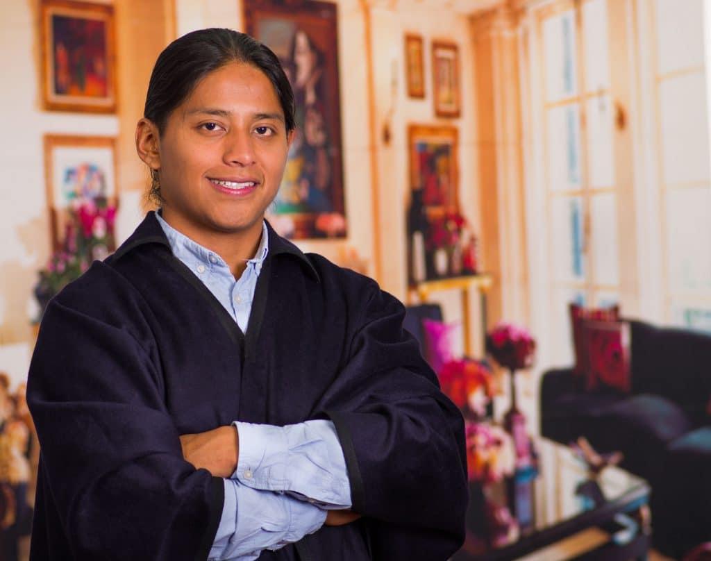 Índio estudante em uma sala de estar.