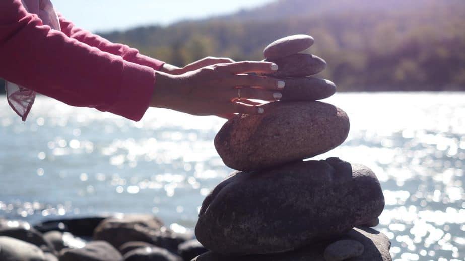 Mão feminina equilibrando pedras