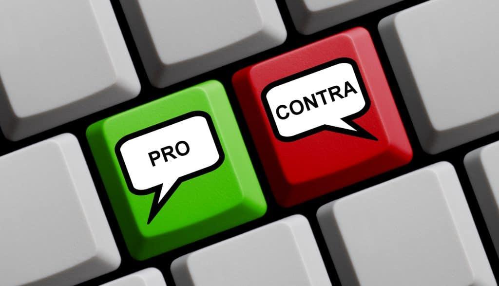 """teclado com teclas escrito """"prós e contras""""."""