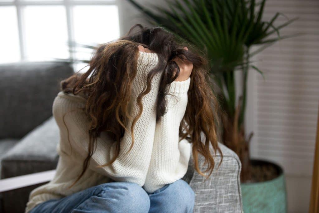 Mulher vítima de abuso, assédio. Está desesperada e triste.