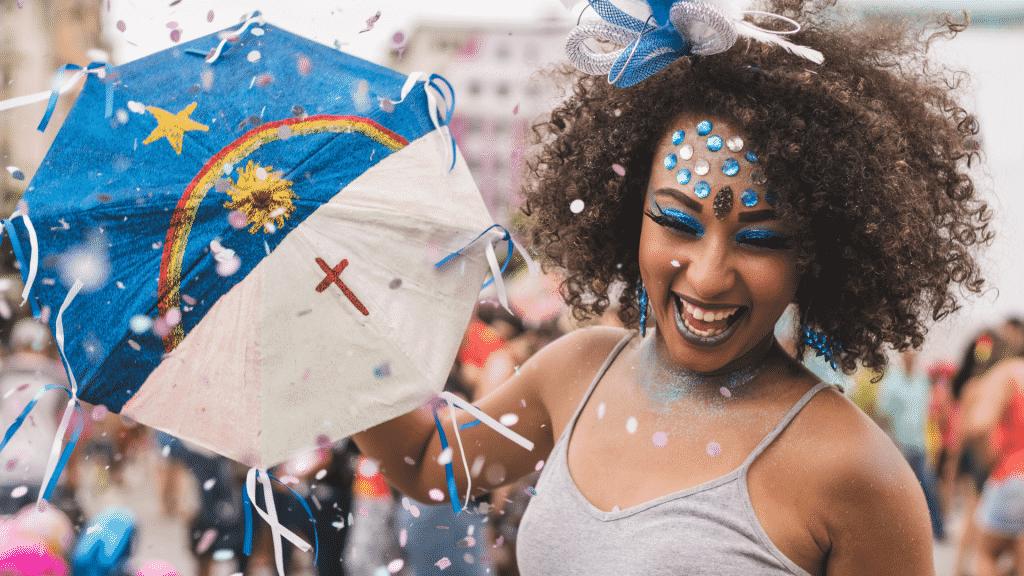 Mulher fantasiada sorrindo no carnaval de rua