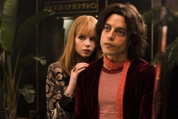 Rami Malek e Lucy Boynton em cena em Bohemian Rhapsody. Interpretando Freddie Mercury e Mary Austin.
