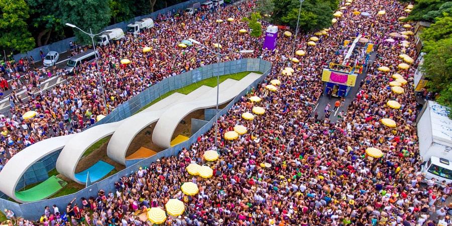 Carnaval de rua em São Paulo. Avenida congestionada de gente.