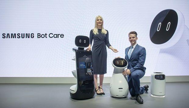CES 2019. Apresentação dos robôs e exoesqueletos. Mulher e homem juntos no meio dos robôs.